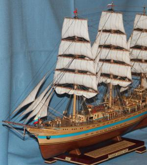 Модель парусника `Мир`. Нос спереди слева